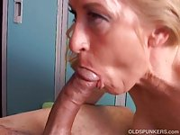Gorgeous cougar loves to suck